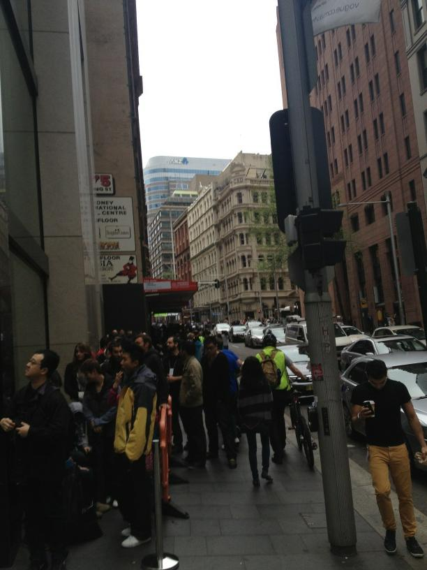 Fila all'esterno dell'Apple Store Australia