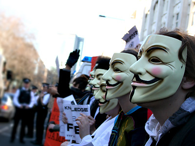 Anonymous proteste davanti alle chiese di Scientology